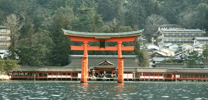http://www.miyajima.or.jp/sightseeing/img/img_itsukushima.jpg